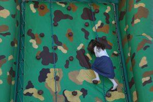 ילדה מטפסת על קיר הטיפוס בחוף ר' מאיר בטבריה